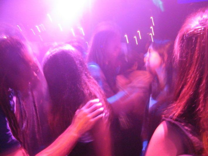 クラブで踊る若い男女