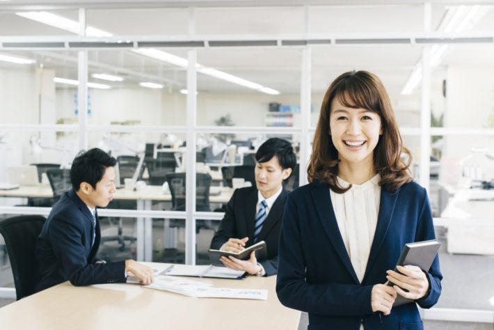 スーツ姿で笑顔の女性