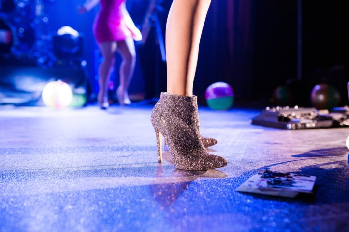 ステージに立っている女性の脚元