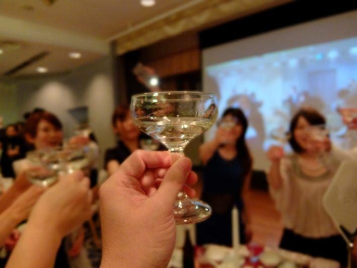 ワイングラスで乾杯する男女のグループ