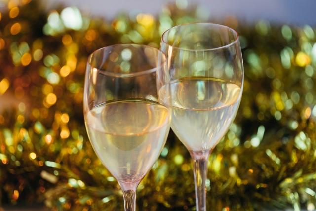 2つ並んだワイングラスの画像