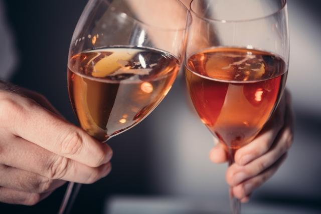 婚活パーティーにおいてグラスで乾杯する男女