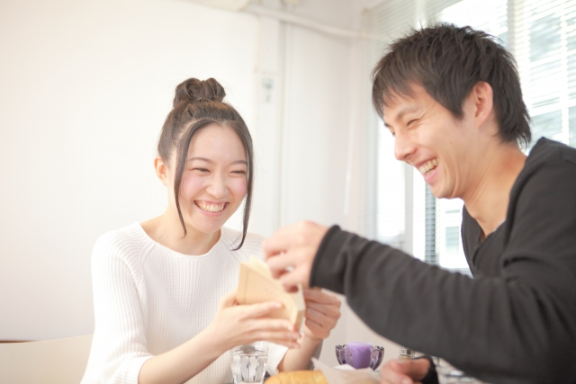 カフェで笑い合う男女の画像