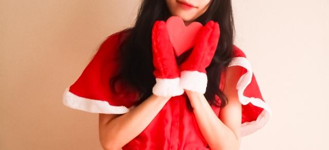 赤いサンタ服を着た女性の画像