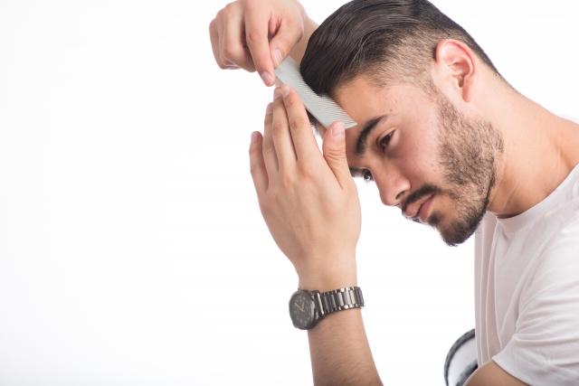 髪をセットしている外国人男性の画像