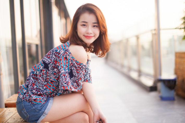 デニムのショートパンツを履いたアジア人女性