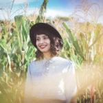 とうもろこし畑で微笑む外国人女性