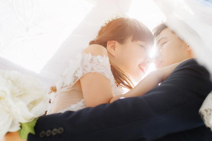 結婚式で抱きしめ合って微笑む男女
