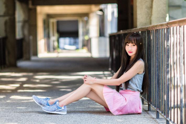 通路に座っているアジア人女性