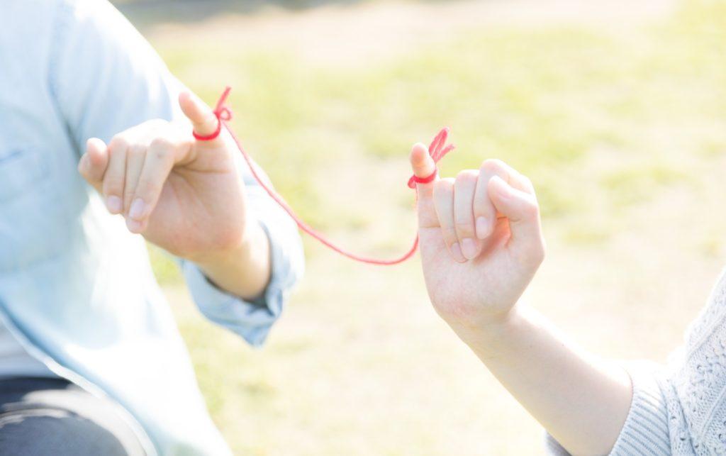 赤い糸で結ばれた男女の小指