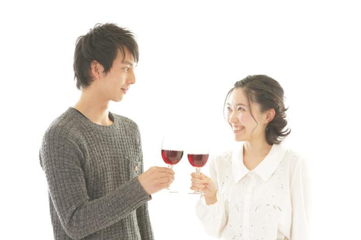 赤ワインで乾杯する男女