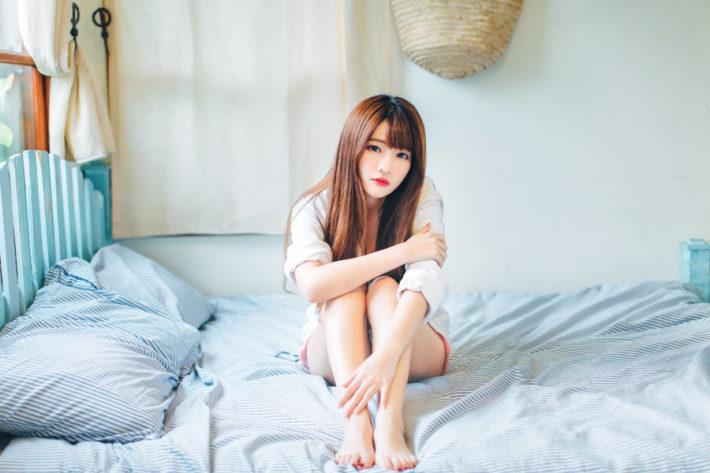 ベッドの上に座っている女性