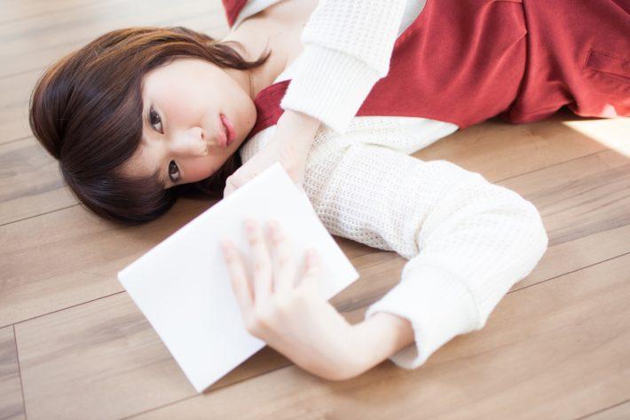 床に寝転ぶ女性