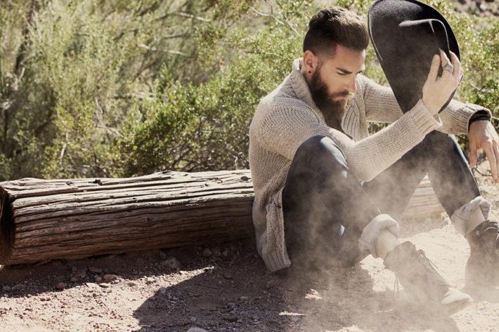 地面に座っている男性
