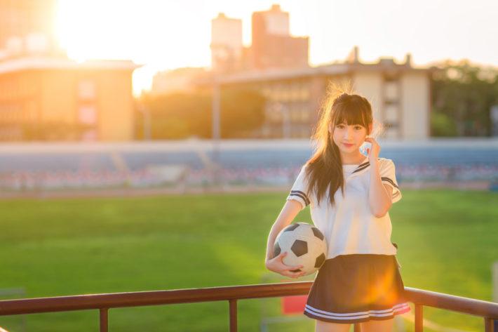 サッカーボールを持っている女子高生