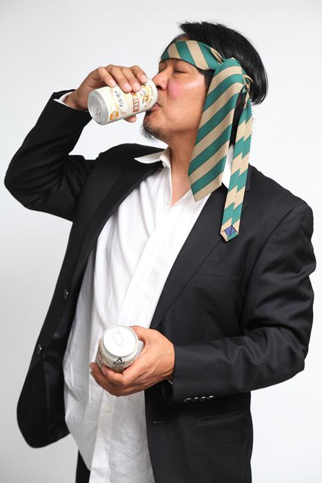 缶ビールを飲む中年男性