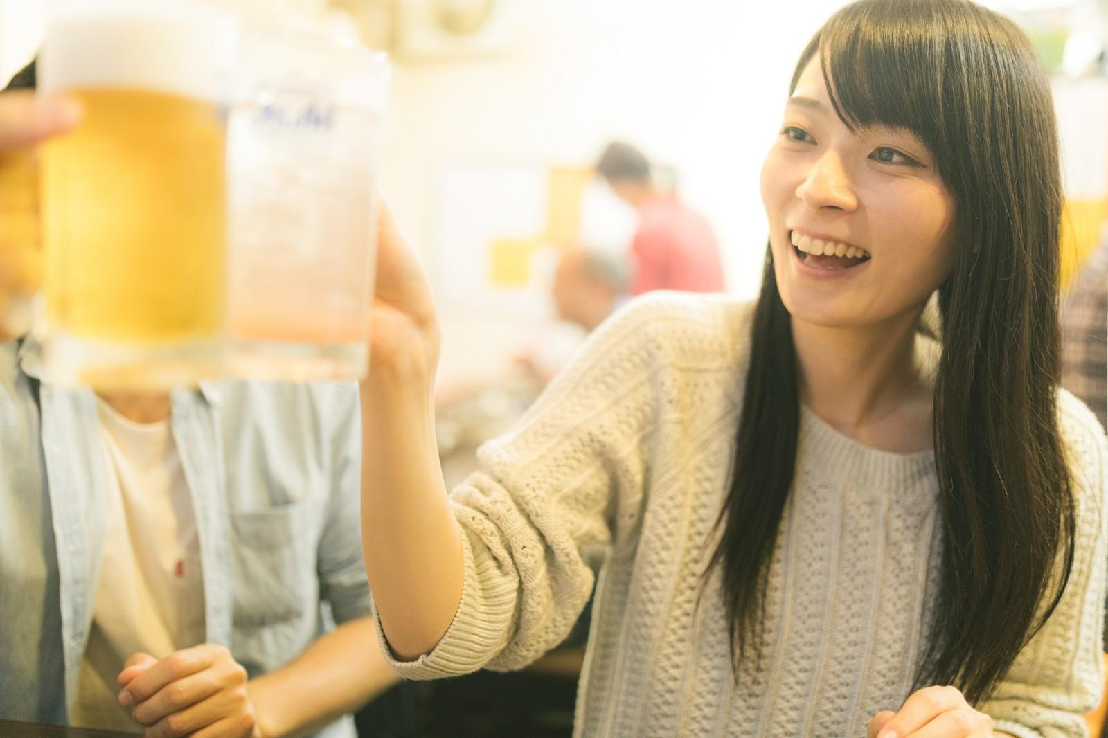 ビールジョッキで乾杯する女性
