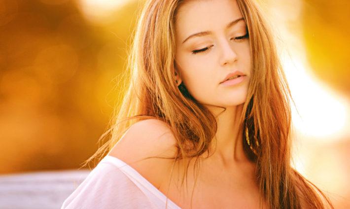 目を閉じている金髪の女性
