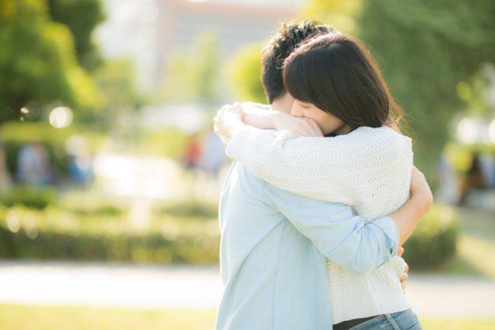 公園で抱きしめ合っている男女
