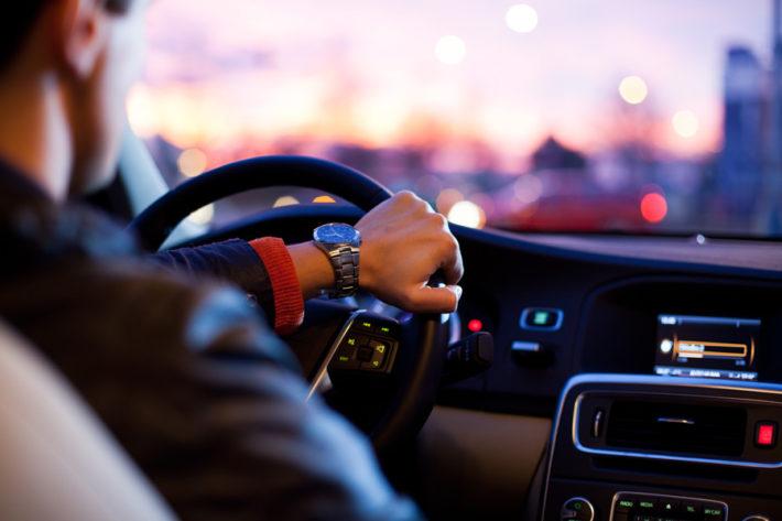 車を運転している男性
