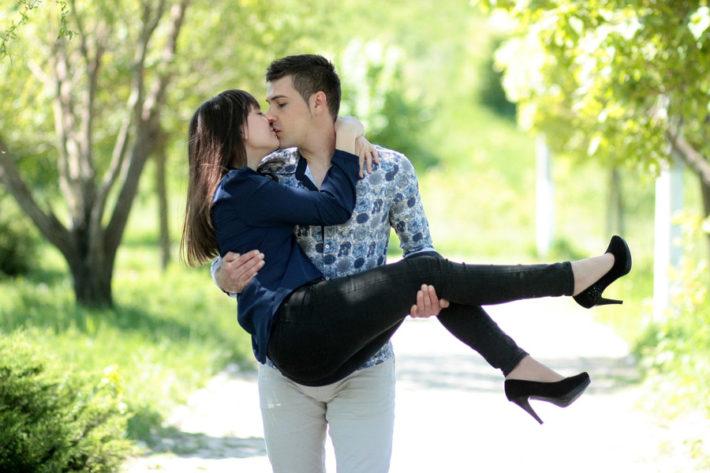 お姫様抱っこをしてキスしている男女