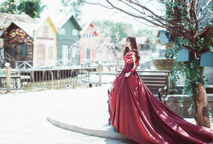 王女様のような赤いドレスを着て立っている女性