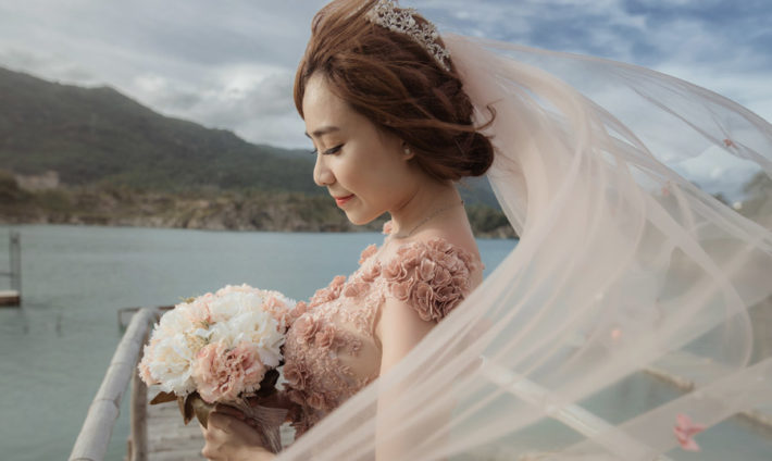 ピンクのウェディングドレスを着た女性