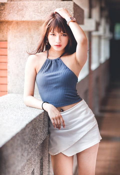 ポーズを取るアジア人女性