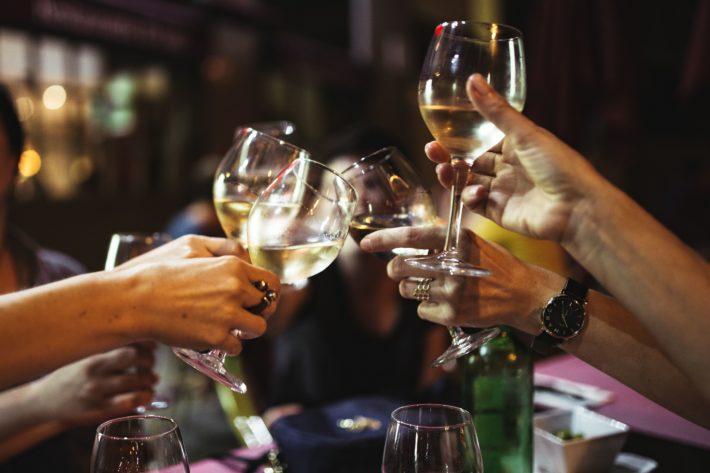 婚活パーティーでグラスを掲げて乾杯している画像