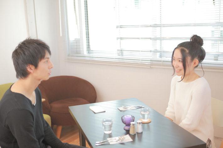 テーブルを囲んで楽しそうに話をしている男女