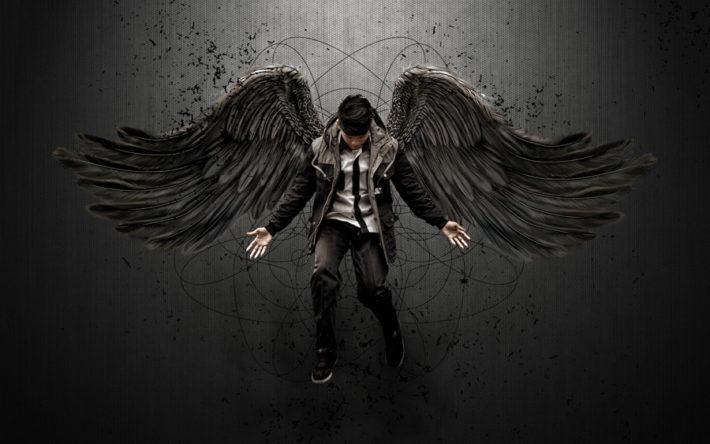 漆黒の翼が背中から生えている男性