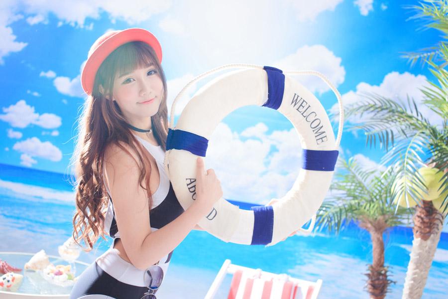 浮き輪を持っている水着の女性