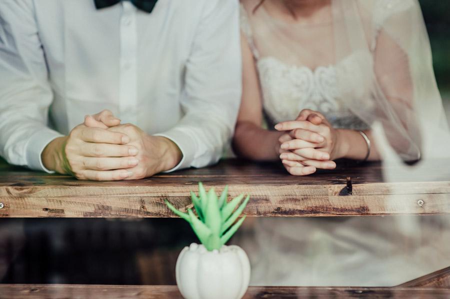 ウェディングドレスとタキシードを着て寄り添うカップル
