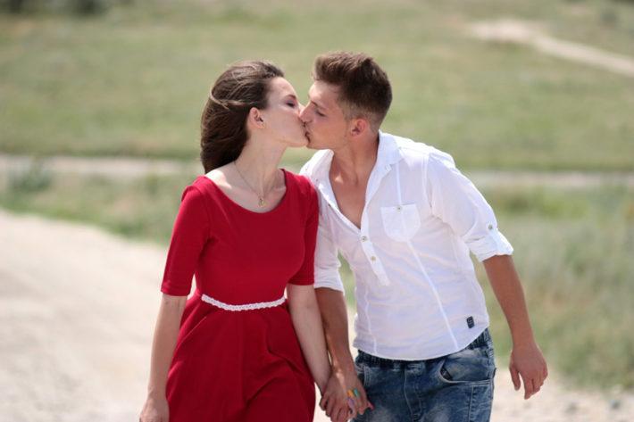 歩きながらキスをしている外国人男女