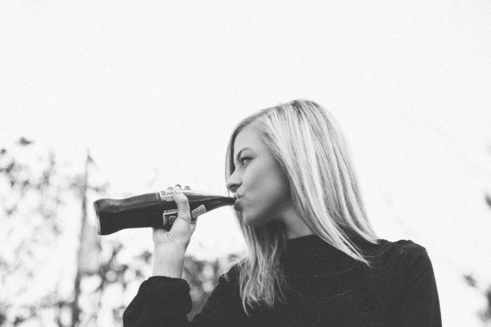 コーラを飲む外国人女性の横顔