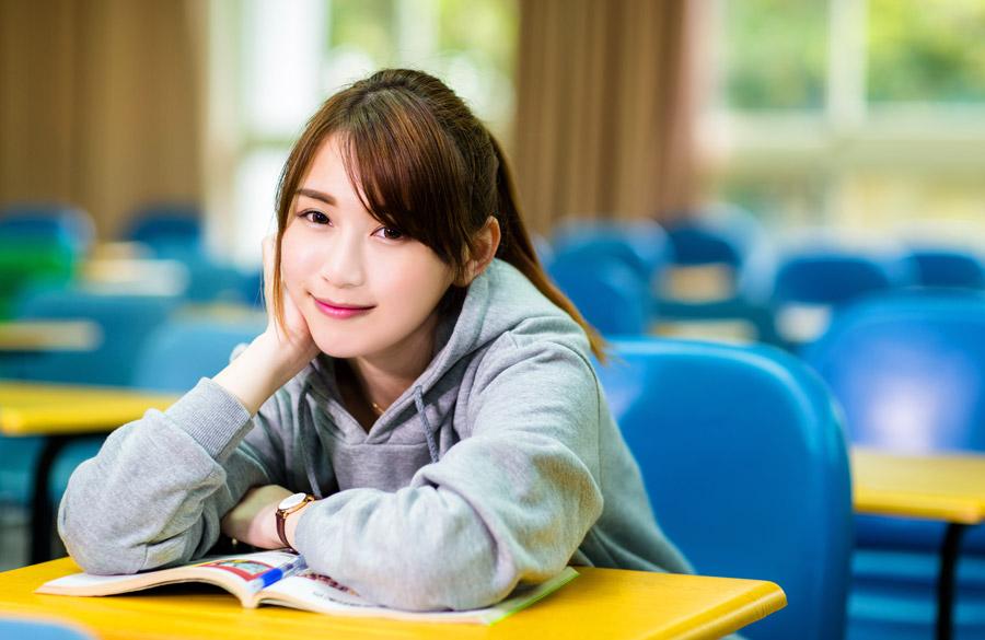 大学の席に座っている女子学生