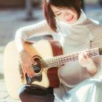 ギターを弾いている女性