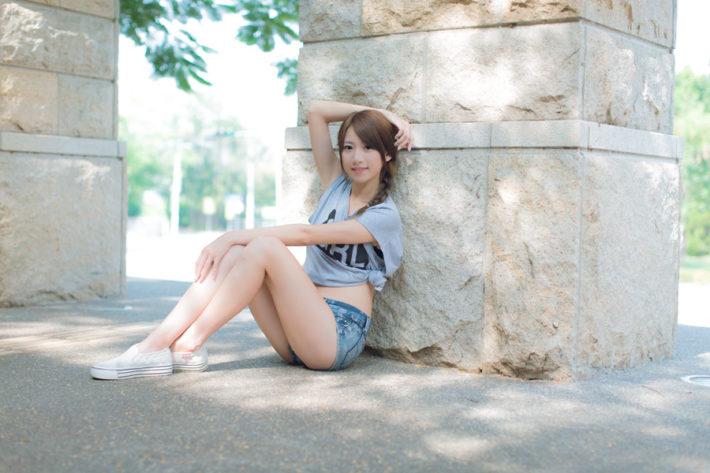 地面に座っている短パン姿の女性