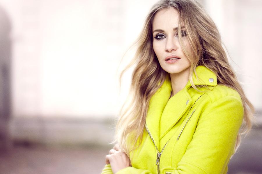 黄色いコートを着た外国人女性