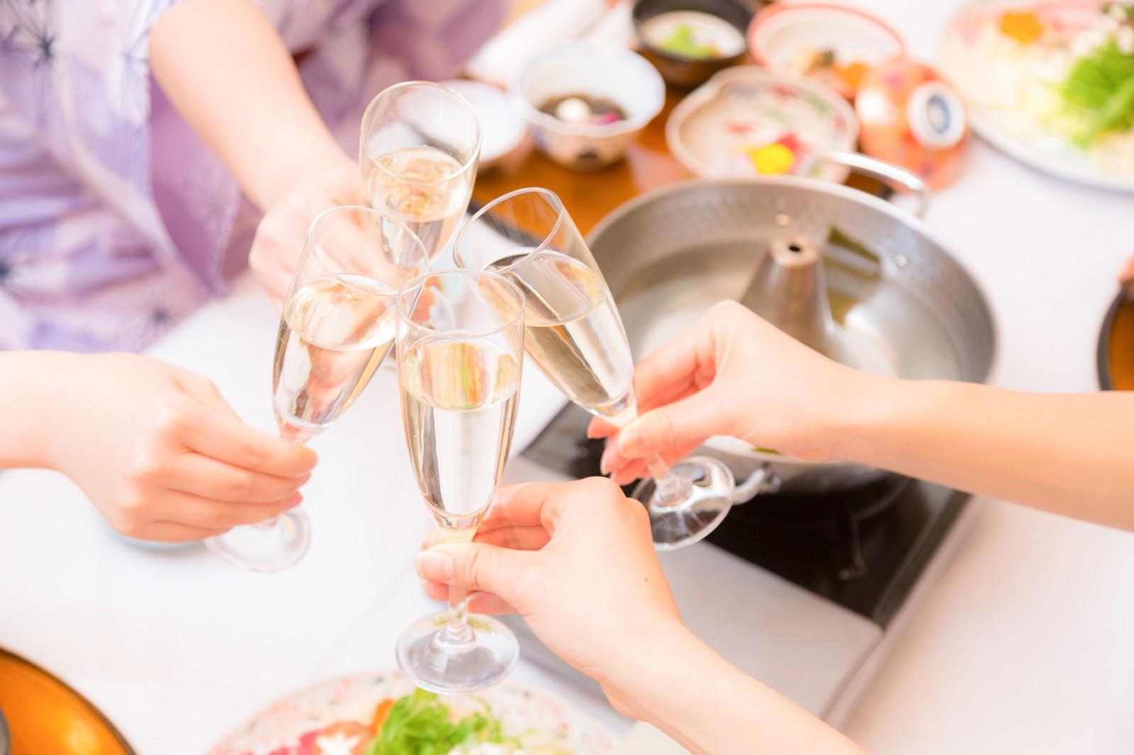 シャンパングラスで乾杯する男女