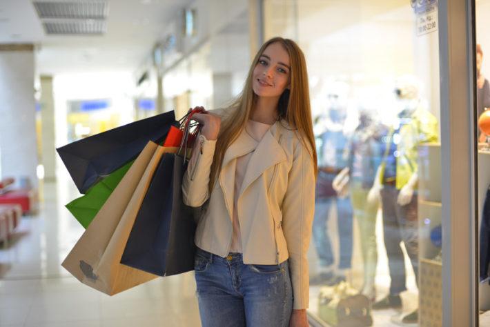 ショッピング袋を沢山持った外国人女性