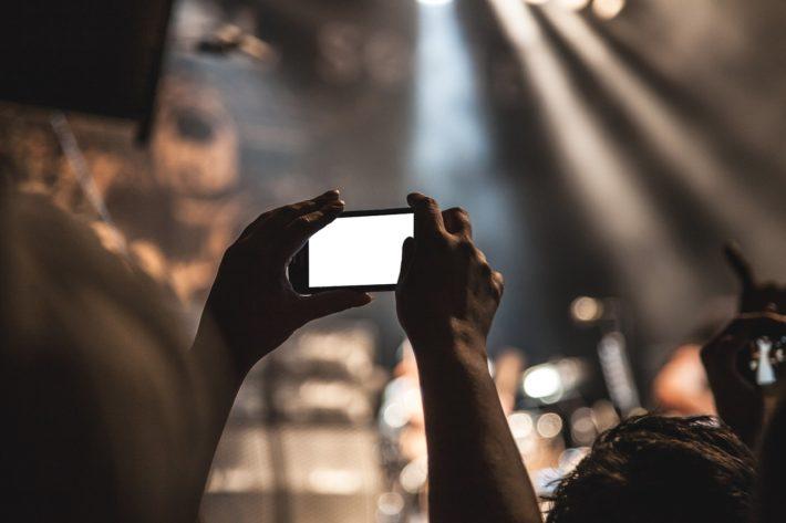クラブの演奏をスマホで撮影している画像