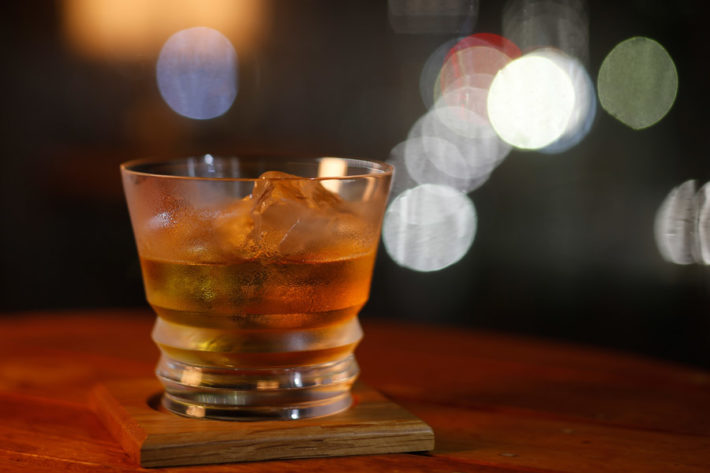 バーカウンターに置かれたウイスキーグラス