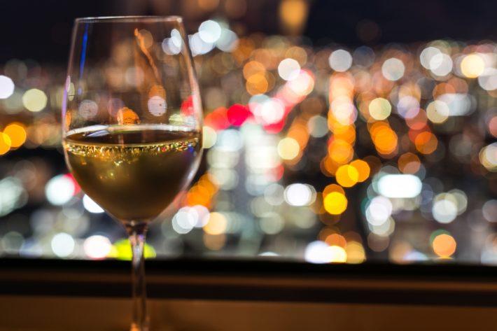バーカウンターに置かれたグラスワイン