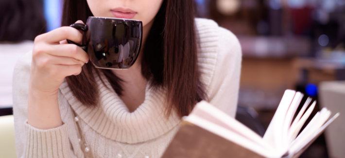 珈琲を飲みながら本を読んでいる女性