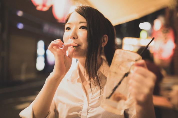 飲み会で枝豆を食べているブスな女性