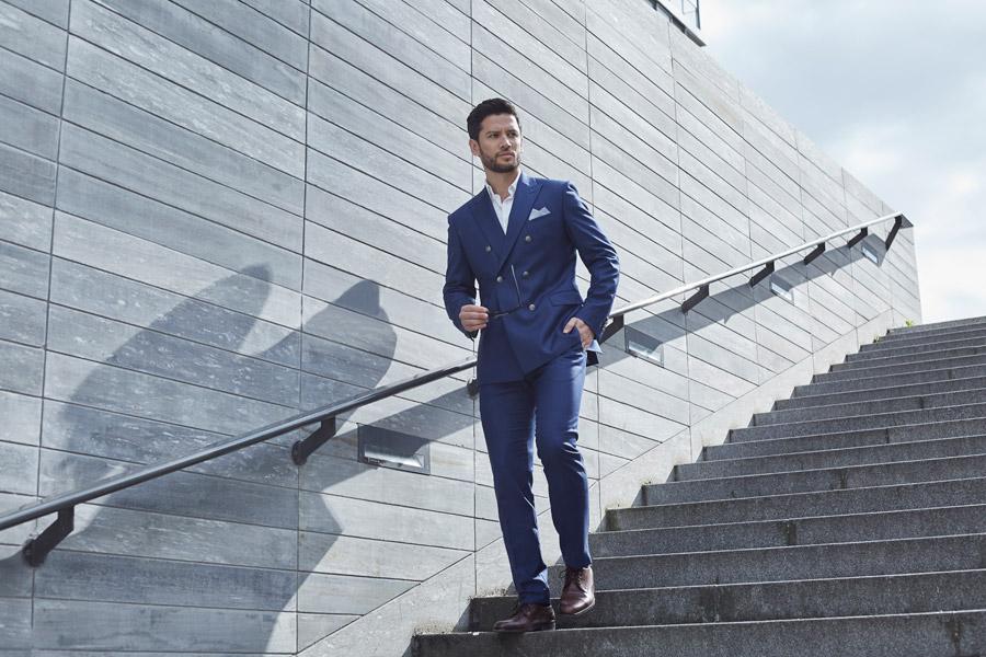 階段を降りてくるイケメンの外国人男性