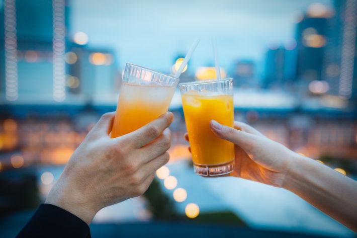 カンパリオレンジで乾杯している男女
