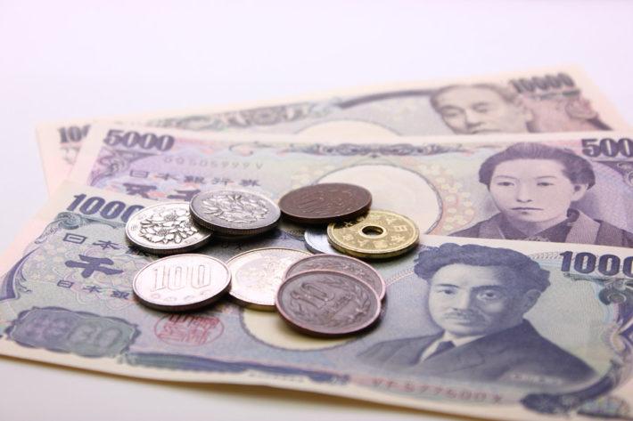 机の上に置かれた日本札と硬貨