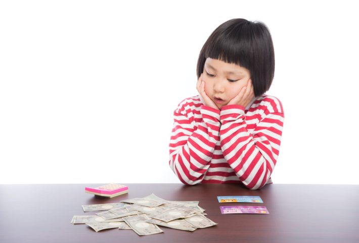 お金を欲しそうに見つめている女の子